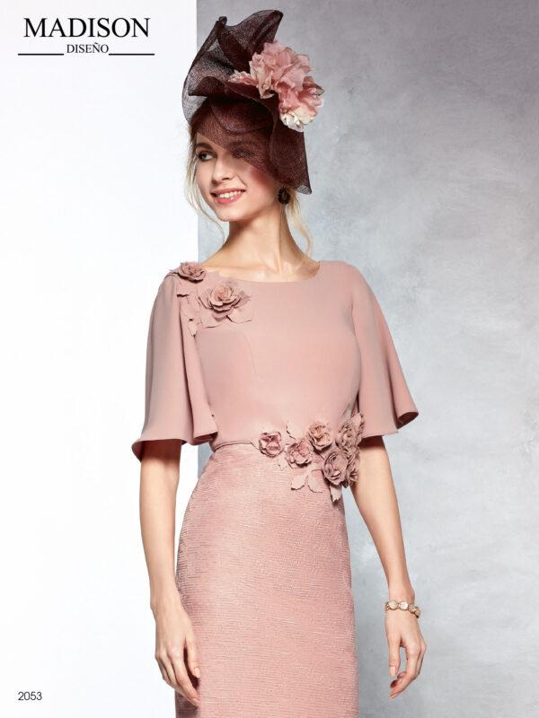 Vestido en crepe color maquillaje con manga acampanada y aplicación de flores en cintura