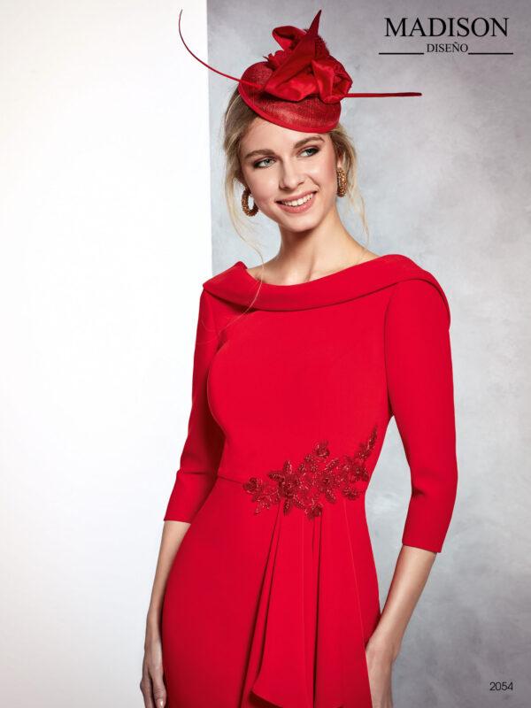 Vestido corto de fiesta rojo con escote al bies y falda con volantes en cascada