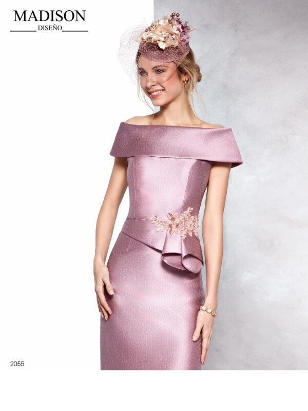 Vestido corto de madrina en maquillaje con escote efecto hombros descubiertos