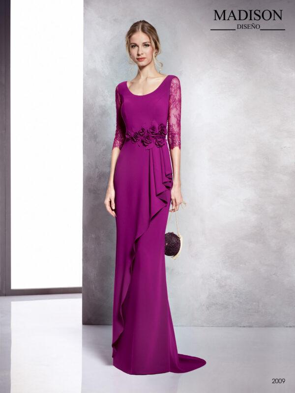 Vestido en buganvilla con mangas de encaje, faldón en cascada y flor en cintura a tono