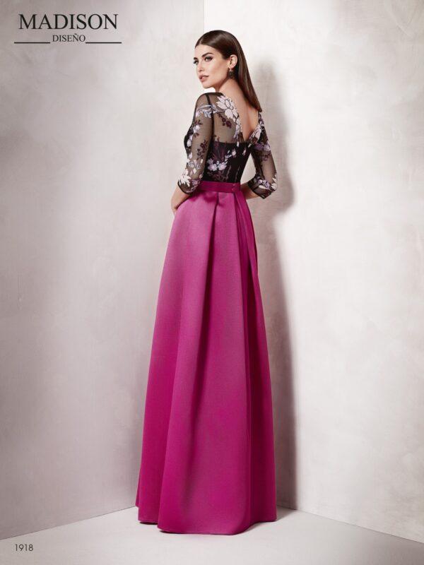 Vestido de gala largo con escote corazón a juego con un tul de flores