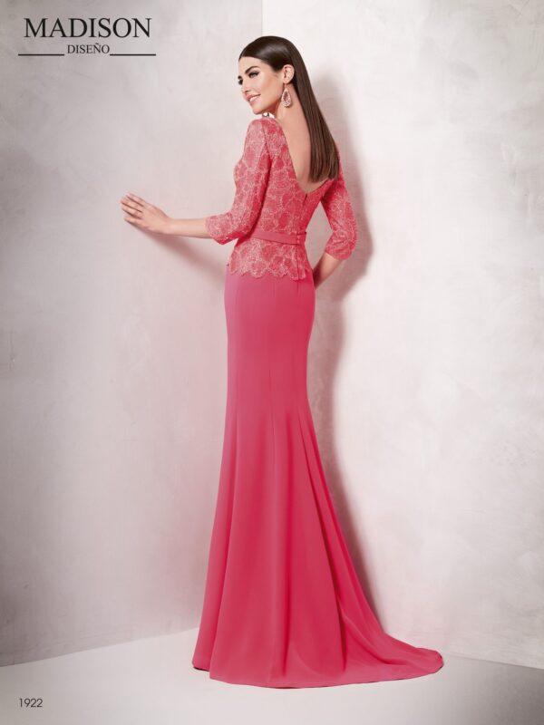 Vestido largo realizado en un delicado tul bordado y crepe con corte evasé en la falda