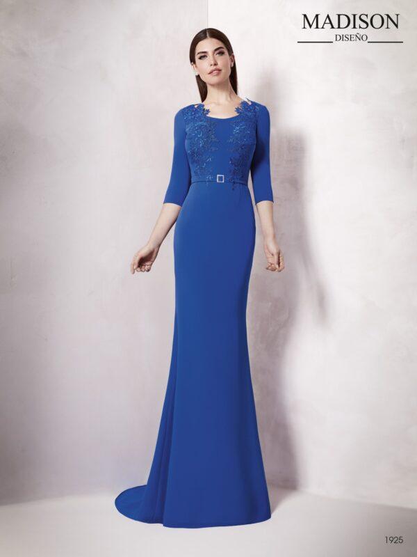 Vestido largo de líneas sencillas con detalles de crepe y tul bordado