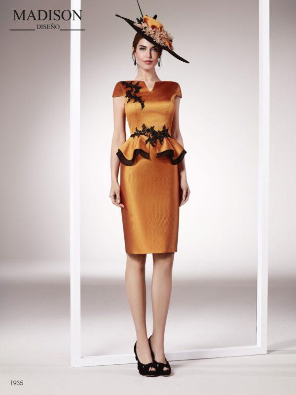 Vestido de fiesta corto en un sofisticado tejido piqué y organza con aplicación de pedrería