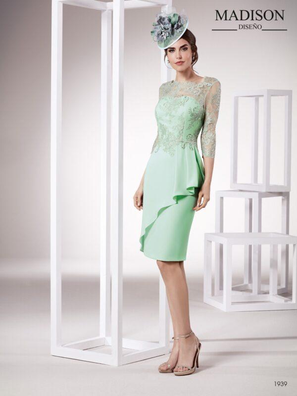 Vestido de fiesta corto con escote ilusión y manga francesa de encaje