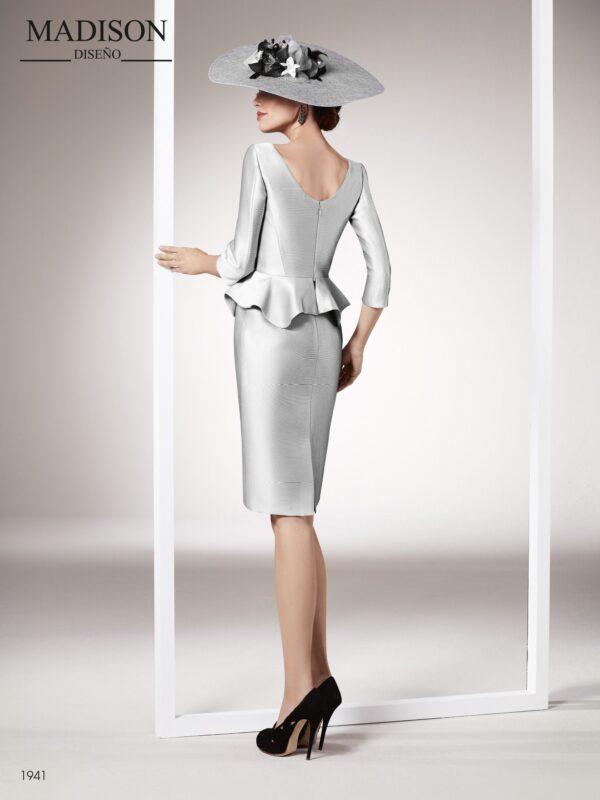 Vestido de fiesta realizado en tejido piqué con volantes en cintura y manga francesa