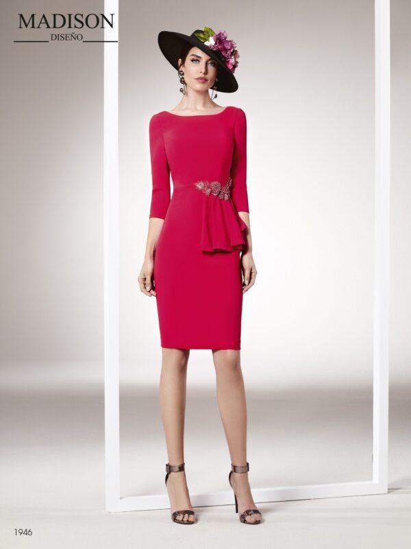 Vestido de fiesta corto con manga francesa y aplicación de pedrería en cintura