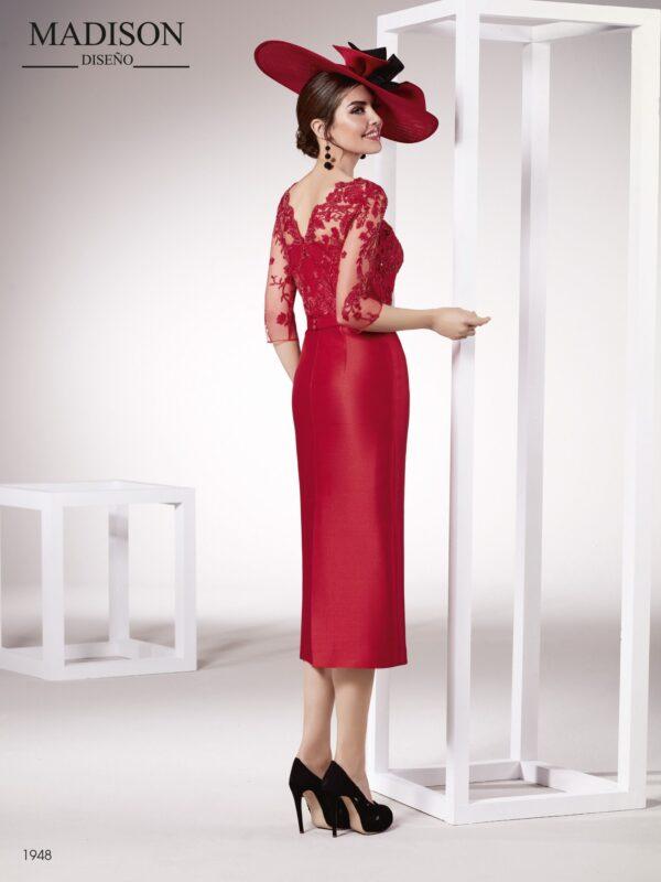 Vestido de madrina corto con falda midi y un actual escote ilusión