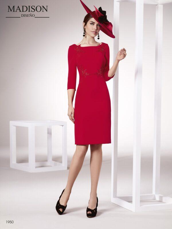 Vestido con aplicaciones de pedrería tanto en hombros como a lo largo de los talles