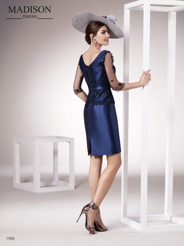 Vestido de madrina corto realizado en un exclusivo tul bordado y un tejido liso satén