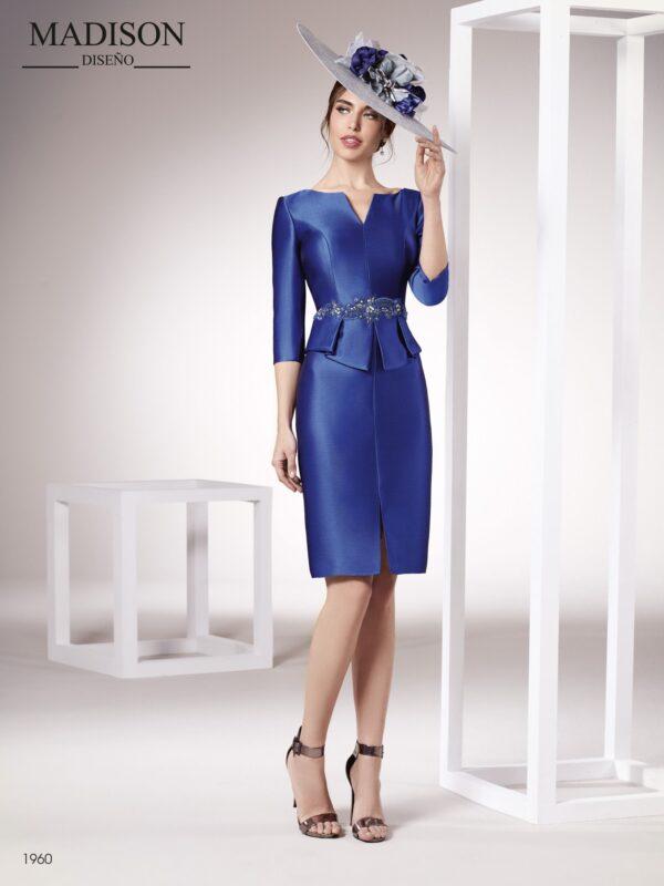 Vestido de fiesta corto en un sofisticado tejido piqué con manga francesa confeccionado