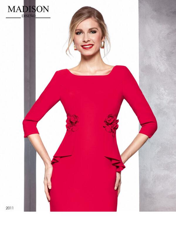 Vestido rojo en crepe con detalle de flor en cintura y manga tres cuartos