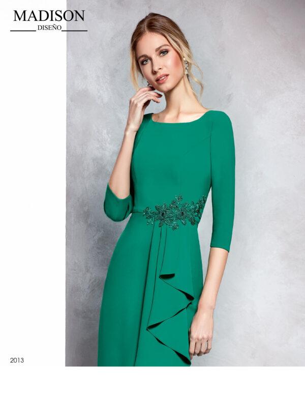 Vestido verde evasé con aplique de piedra en cintura y falda con volantes en cascada