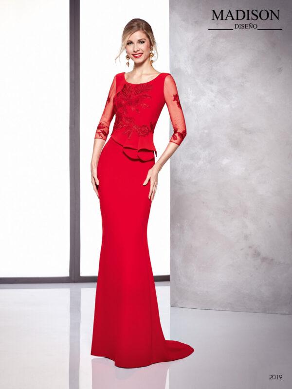 Vestido rojo con mangas de tul, escote barco y detalles de encaje en cuerpo