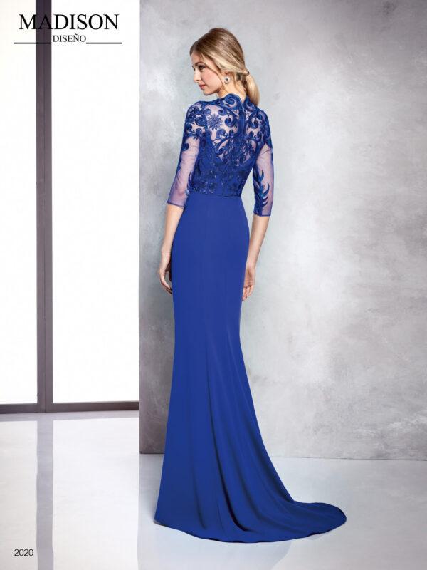 Vestido en azul de crepe con tul bordado en mangas y espalda y faldón en cascada