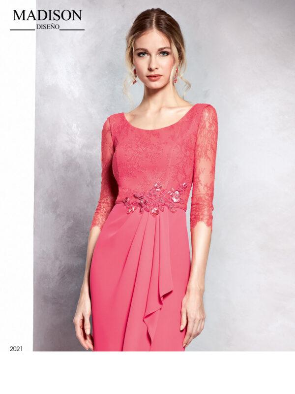 Vestido en coral de encaje con draperado en la falda y aplique de cristal en cintura