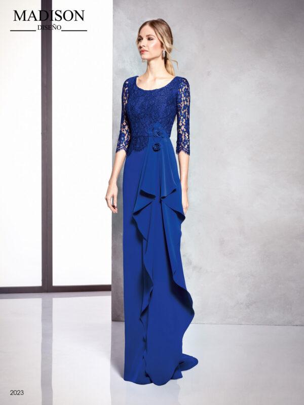 Vestido azul con escote ovalado encaje de tul en cuerpo y pañuelo en la falda
