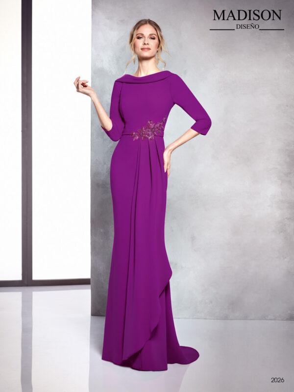 Vestido de fiesta largo color purpura con escote barco al bies y detalle de pedrería en cintura