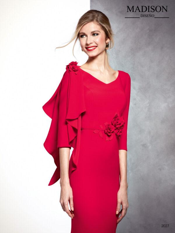 Vestido de fiesta largo de crepe con manga efecto capa y detalles de flor en cintura