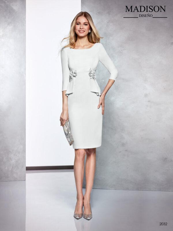 Vestido de fiesta corto en gris de crepe con faldones en cintura rematados con flores a tono