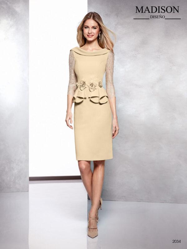 Vestido corto de madrina con mangas de encaje y peplúm en cintura con adorno de flores