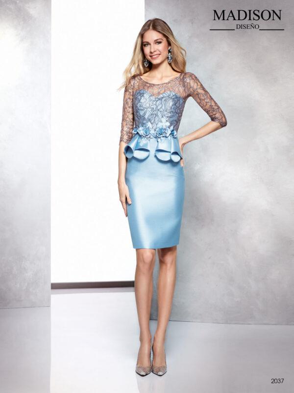 Vestido de fiesta en azul celeste de pique con cuerpo de encaje y flores en cintura al tono
