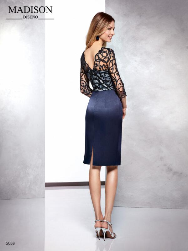 Vestido de fiesta corto de madrina azul noche con cuerpo de encaje y recogido drapeado en falda