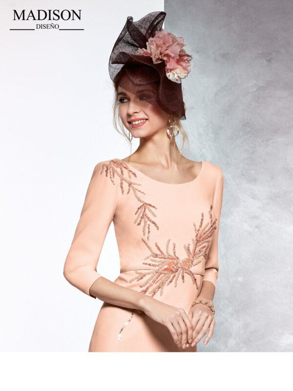 Vestido corto de fiesta en salmón con aplique de pedrería en cintura y hombros