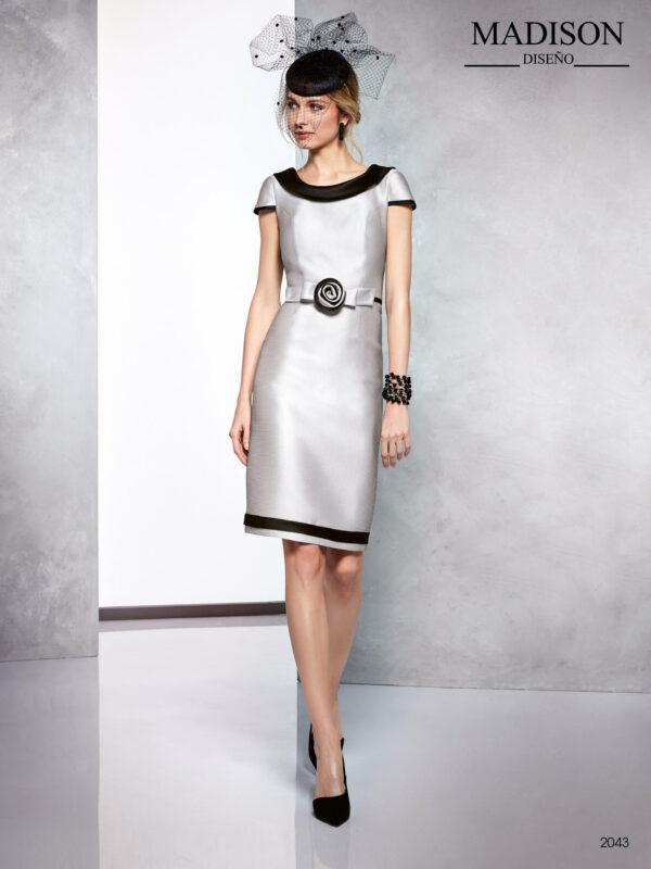 Vestido corto color gris y negro en piqué con escote al bies y flor en cintura