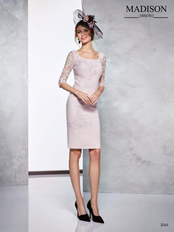 Vestido corto de fiesta rosa nude con encaje de tul y manga tres cuartos