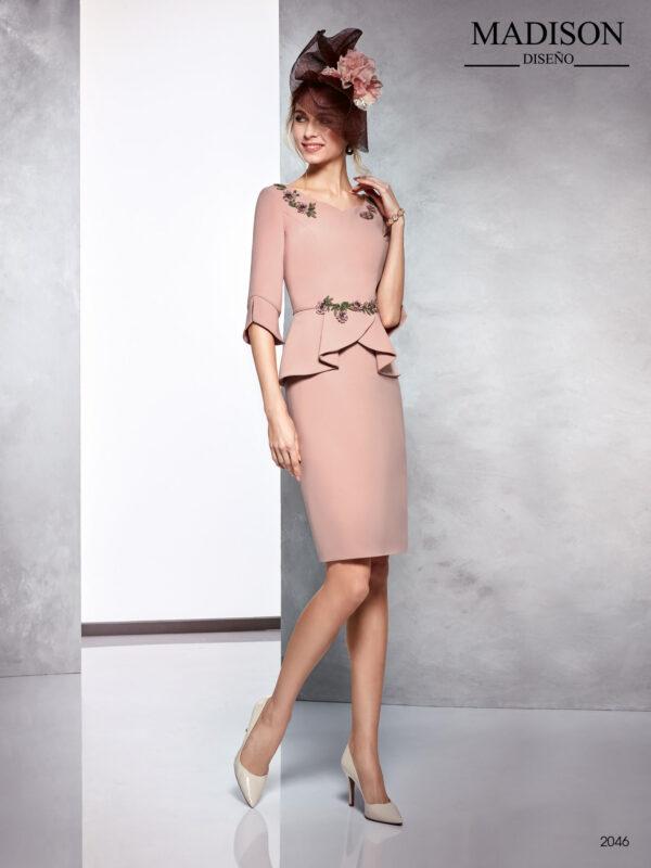 Vestido liso en maquillaje con corte en cintura y aplicación de cristal en cintura y hombros