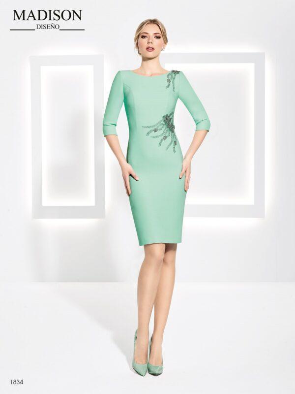 Vestido de fiesta corto, detalle en crepe de un lado, manga francesa y tul de pedrería en hombro